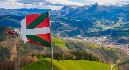 Basque country flag Txindoki mountain on sunny day; Shutterstock ID 397641313; Bon de commande: -